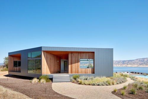 An Off-Grid Goto House Wraps Around a Jewel-Like Courtyard