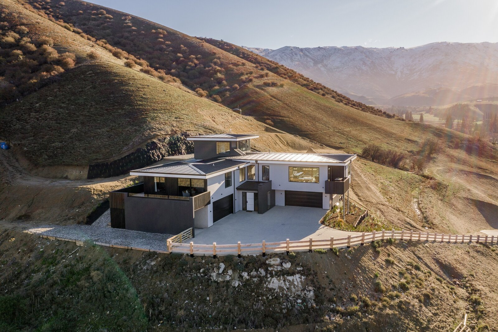 A Sun-Kissed Contemporary Hits the Market in Otago, New Zealand