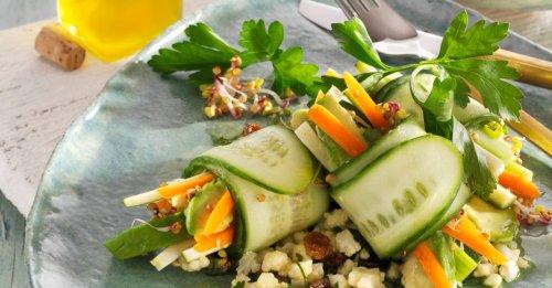 Gurkenröllchen auf Blumenkohlsalat
