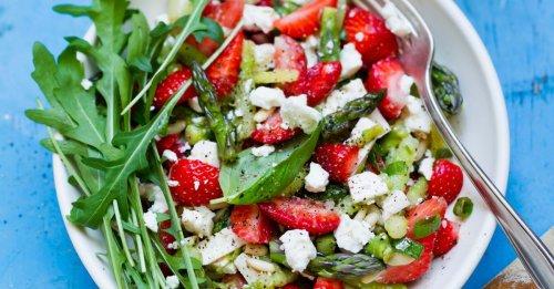 Erdbeer-Spargel-Salat mit Feta und Pinienkernen
