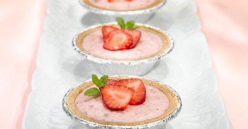 Kleine Käseküchlein mit Erdbeeren