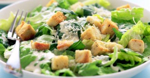 Römersalat mit Croutons und Parmesan (Caesar Salad