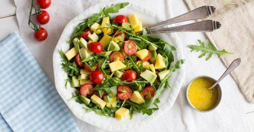 Rucolasalat mit Mango, Avocado und Kirschtomaten