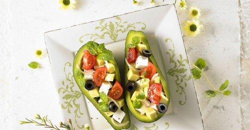 Avocado mit Käsewürfeln