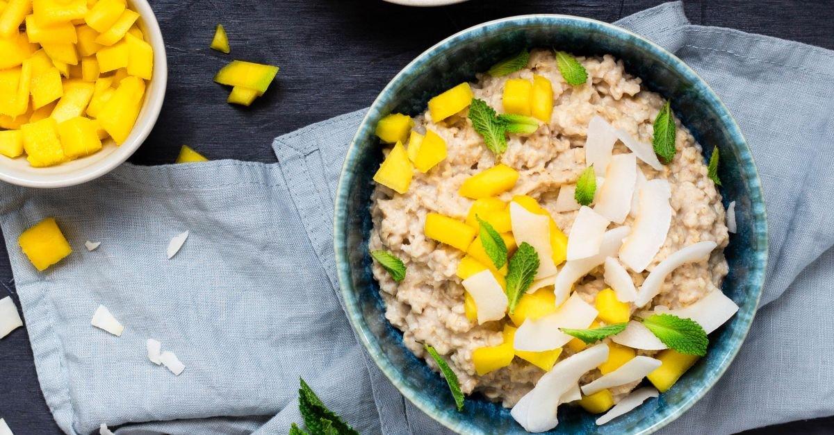 Veganes Hafer-Porridge mit Mango und Kokos
