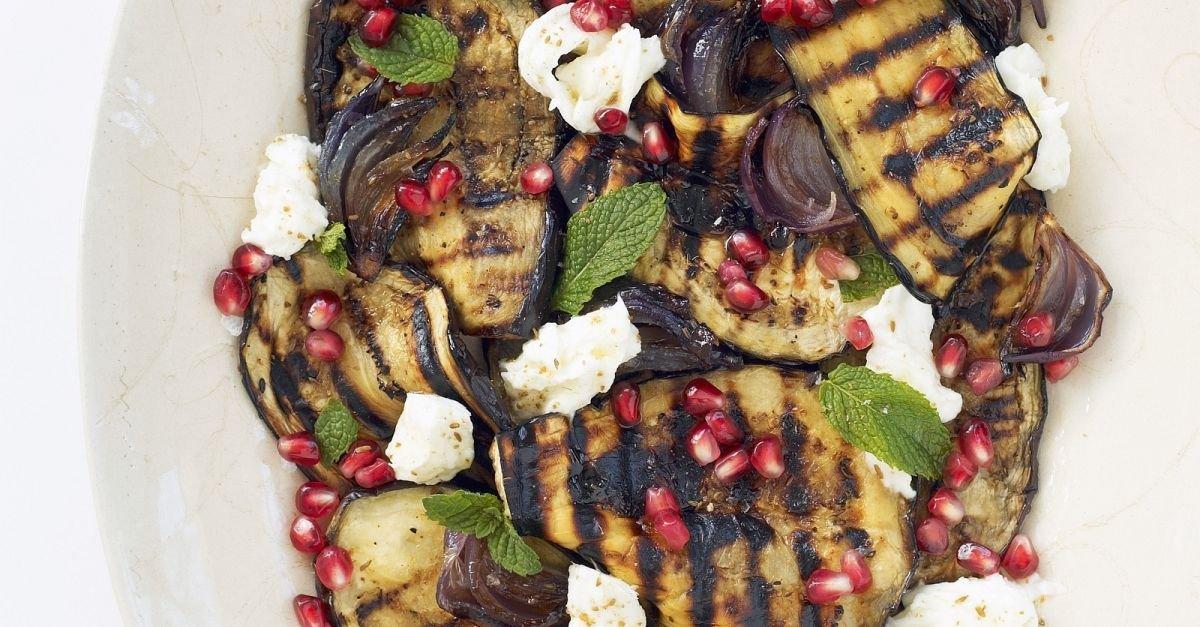 Aubergine vom Grill mit Mozzarella und Granatapfel