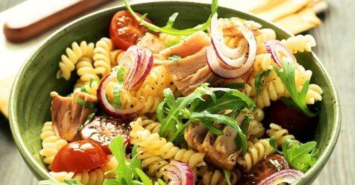 Nudelsalat mit Thunfisch, Rucola, Zwiebeln und Tom