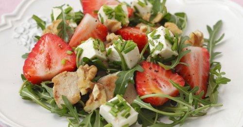 Rucolasalat mit Erdbeeren, Schafskäse, Hähnchen un