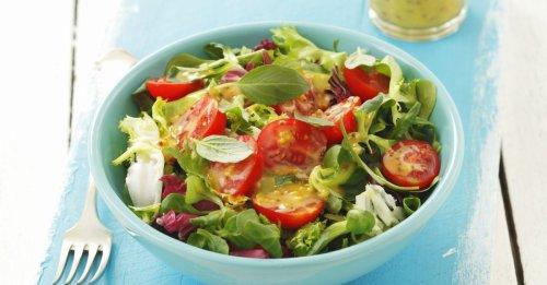 Grüner Salat mit Tomaten und Senf-Honig-Vinaigrett