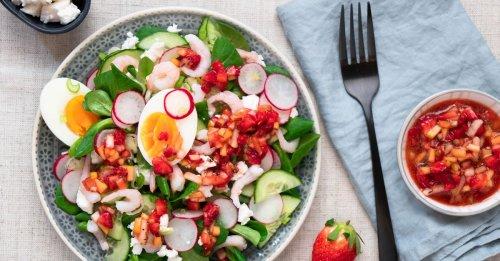 Salat mit Ei, Garnelen und Erdbeer-Dressing
