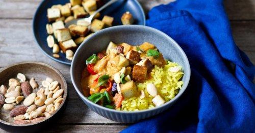 Tofu-Gemüse-Curry mit Reis und Nüssen