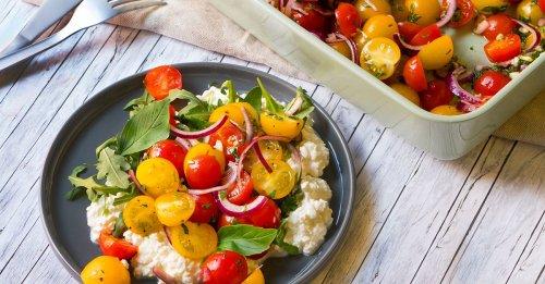 Tomatensalat auf körnigem Frischkäse
