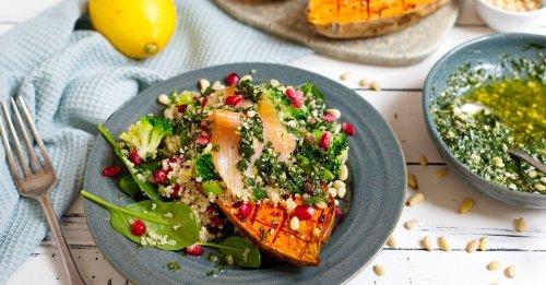 Gebackene Süßkartoffel mit Quinoa-Salat und Lachs