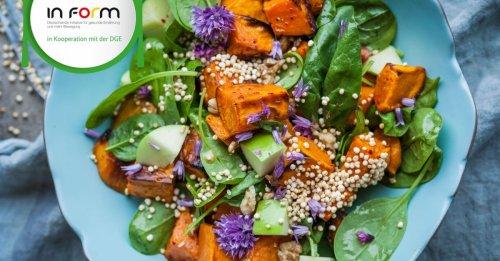 Süßkartoffelsalat mit Spinat, Apfel und Quinoa