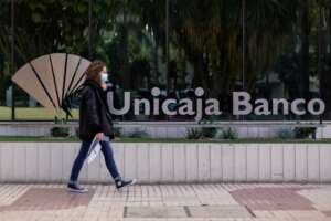 Unicaja desembolsa medio millón de euros en 6 meses para captar nóminas