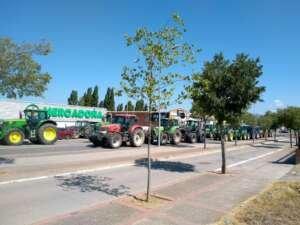 Ganaderos rodean con tractores un Mercadona de Lugo para protestar contra los bajos precios de la leche