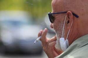 ¿Qué dice la ciencia del riesgo de fumar en las terrazas?