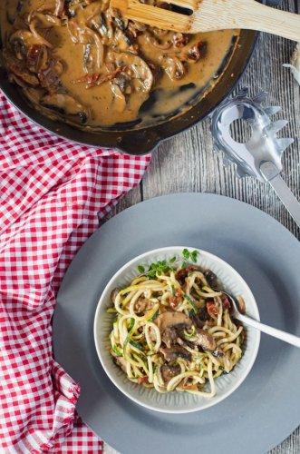 Zucchini-Spagetti mit cremiger Champignonsauce