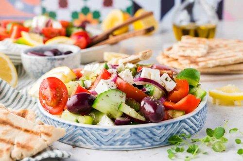 Frischer und einfacher griechischer Salat