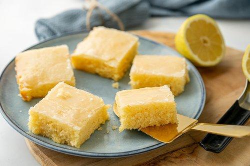 Der beste Zitronenkuchen vom Blech - einfaches Rezept für den Knaller Familienkuchen - Einfach Malene