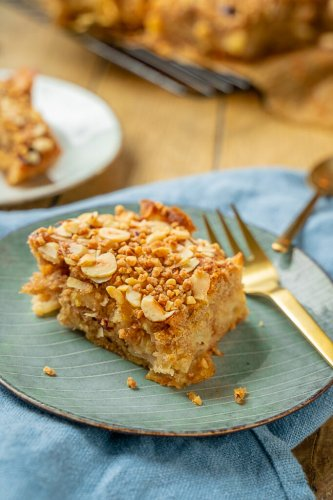 Weicher Apfelkuchen mit knusprigem Haselnusskrokant – der perfekte Herbstkuchen