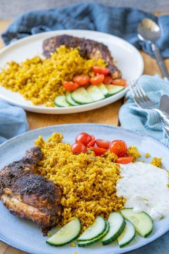 Knusprige Hähnchenschenkel mit Curry-Bratreis und Joghurtsauce – Gerichte aus meiner Kindheit