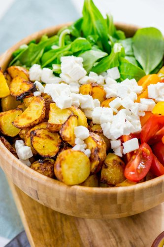 Mega geniale Honig Senf Röstkartoffel Salatbowl mit Feta und Tomaten