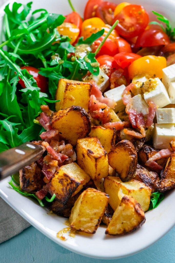 Lauwarmer Honig Senf Röstkartoffel Salat mit Rucola und Speck
