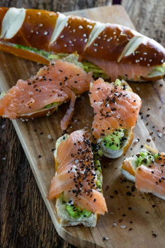 Lachs Avocado Laugenstange mit Topping