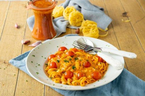 Geniale Lachspasta in nur 20 Minuten – mit köstlicher cremiger Tomaten-Sahnesauce