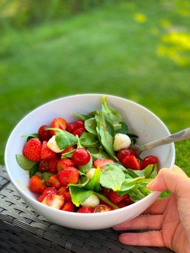 10 Minuten Erdbeersalat mit Mozzarella, Tomaten und Feldsalat – der beste Sommersalat