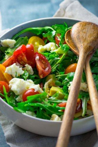 Rucola Salat mit Tomate, Mozzarella und Honig Senf Vinaigrette