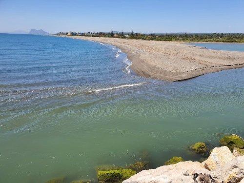 El río Guadiaro baja con poco caudal hasta su desembocadura