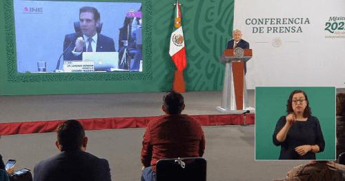 AMLO exhibe a Ciro Murayama y Lorenzo Córdova por cambio de postura respecto a la entrega de tarjetas; antes eran ilegales para ellos