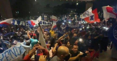 VIDEO: Afición de Cruz Azul le lleva serenata al equipo en hotel de concentración
