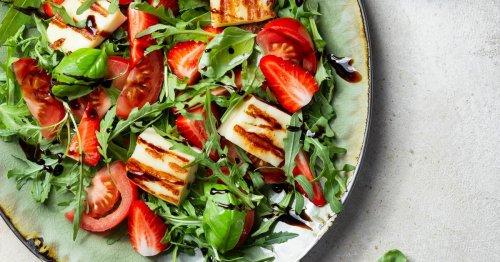 Erdbeer-Halloumi-Rucola-Salat: Dieses Rezept ist das perfekte Sommer-Essen!
