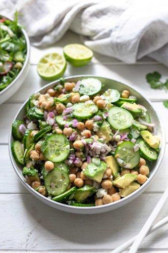 Gurkensalat mit Feta und Kichererbsen | Rezept | Elle Republic