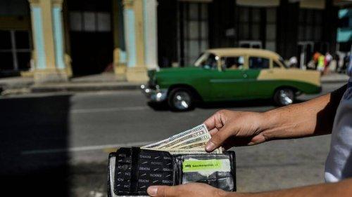 Prohibición de depósito de dólares efectivo penaliza a los cubanos que tratan de comprar productos básicos