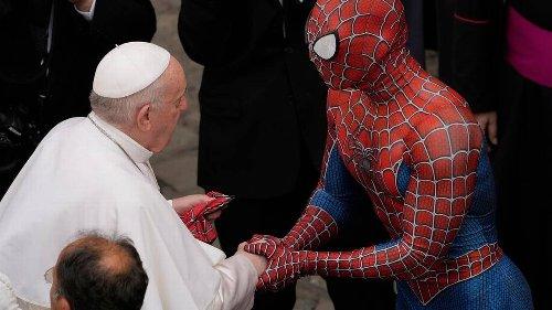 Curioso saludo del papa a Spider-Man en el Vaticano