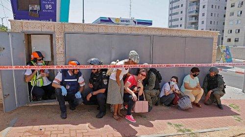 Dos israelíes mueren por disparos de cohetes palestinos lanzados de Gaza