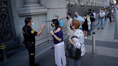 Últimas colas en el Banco de España para cambiar pesetas por euros