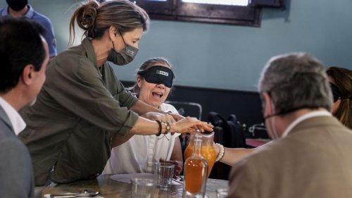Cómo conseguir que una persona ciega disfute en la mesa