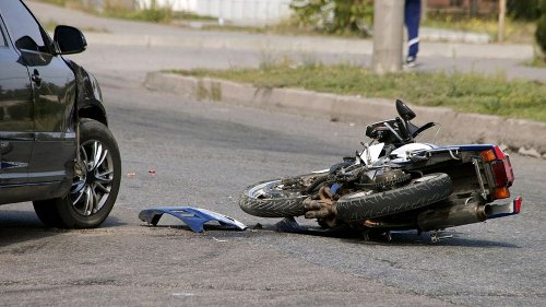 Muere un motorista al chocar contra un coche en la C-31 en Pals