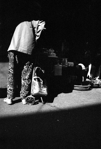 Photography: Lend a hand? – Shot on Fujifilm NEOPAN 400 CN at EI 400 (35mm Format)