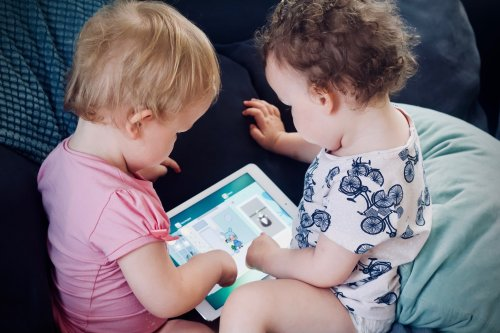 VIDEO: Baby was playing with an iPad and accidentally bought a $ 10,000 upgrade from Tesla