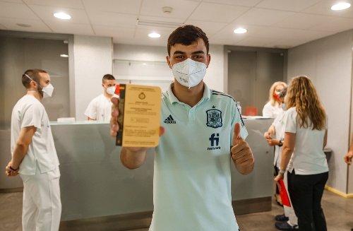 Los militares vacunan a la Selección Española contra la Covid en las Rozas