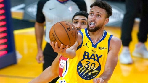 Golden State Warriors star Steph Curry goes for 62 and here's how social media reacted