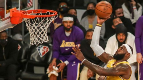 Lakers' LeBron James adamant limiting workload won't shield body from injury: 'Feel worse when I play low minutes'