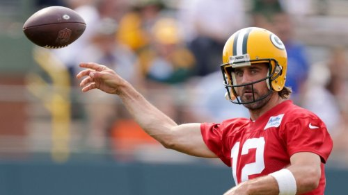 Aaron Rodgers signs reworked deal with Green Bay Packers, sources say