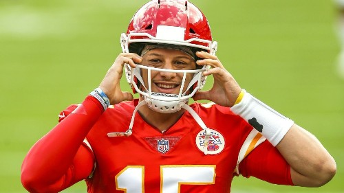 Chiefs' Mahomes practices, remains in protocol